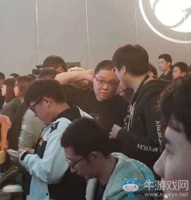 IG庆功宴:王思聪身穿热狗服抵达现场,400万豪车作为抽奖奖品!