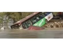 公交车被困在洪水如何逃生 公交车被洪水困住了